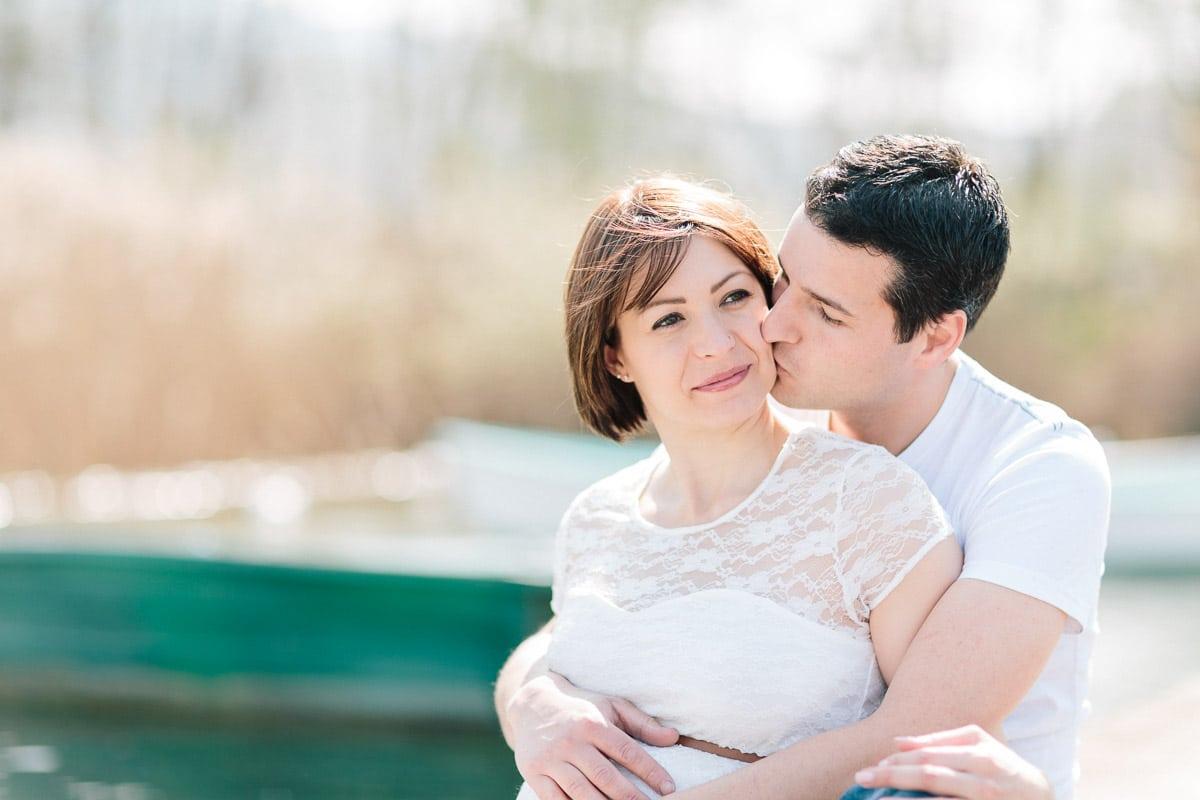 Photographe grossesse à Annecy, couple sur un ponton
