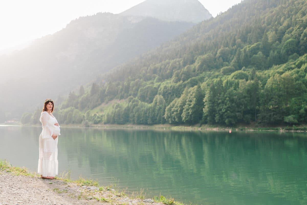 Photographe grossesse à Annecy au bord d'un lac