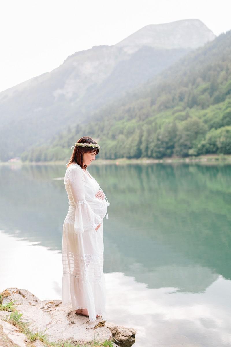 Photo à Annecy pendant une séance grossesse au bord d'un lac