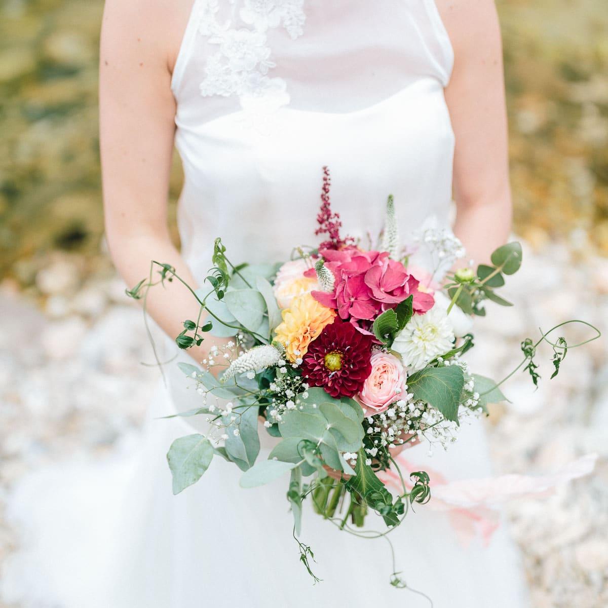 photo de mariage en ardeche de la mariée et de son bouquet de fleurs