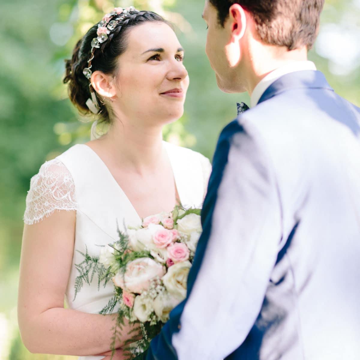 photo de mariage entre Lyon, le Beaujolais et Mâcon du couple qui se regarde.