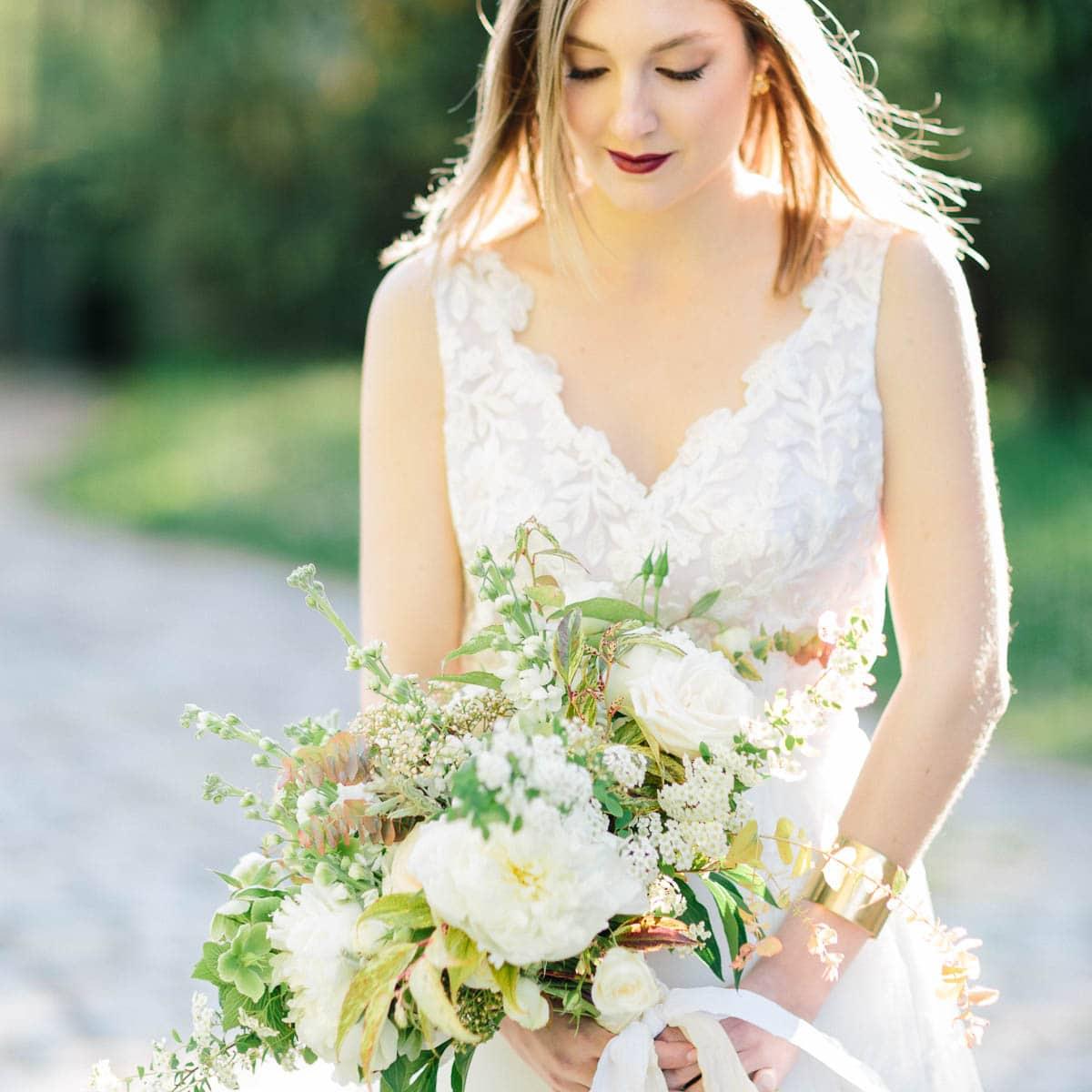 photo de mariage entre Annecy et Lyon puis dans le Beaujolais de la mariée et de son bouquet de fleurs