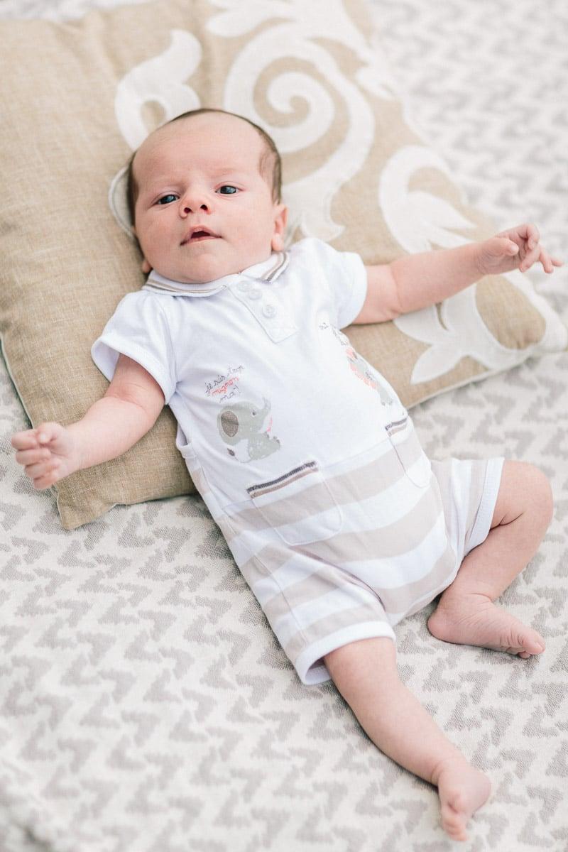 Photo de naissance du bébé à Annecy sur la couverture