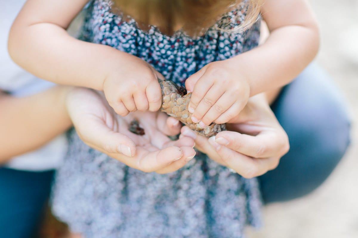Détail des mains pendant une séance photo famille