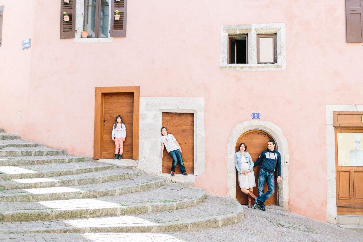 Séance photo grossesse et famille en ville devant des portes
