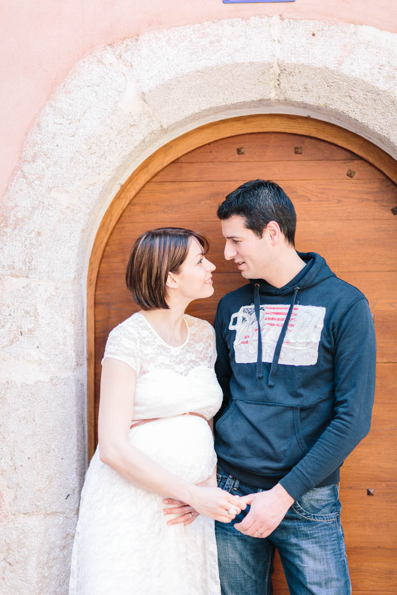Séance photo grossesse et famille en ville devant une porte