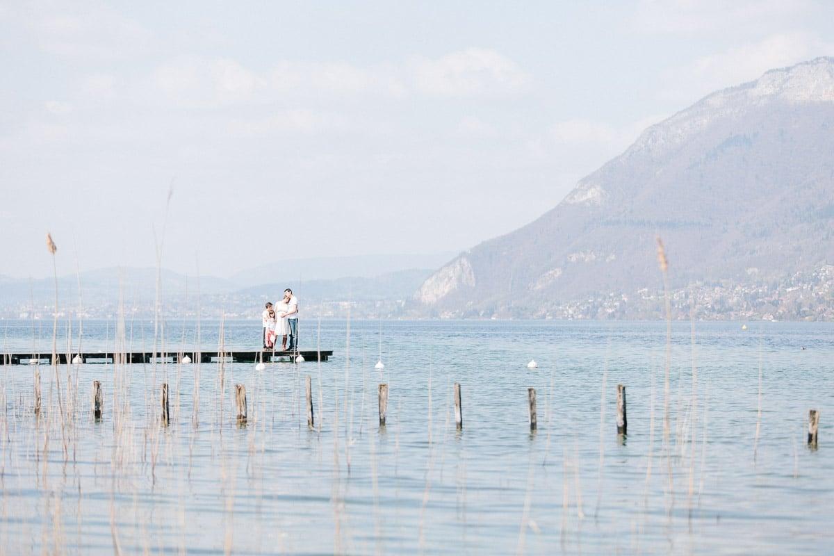 Séance photo grossesse et famille au bord du lac
