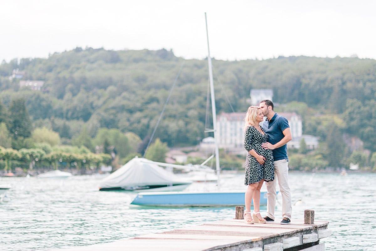 Séance photo grossesse en couple sur un ponton