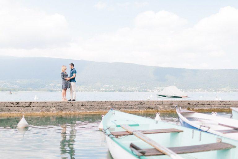Séance photo grossesse en couple au bord du lac