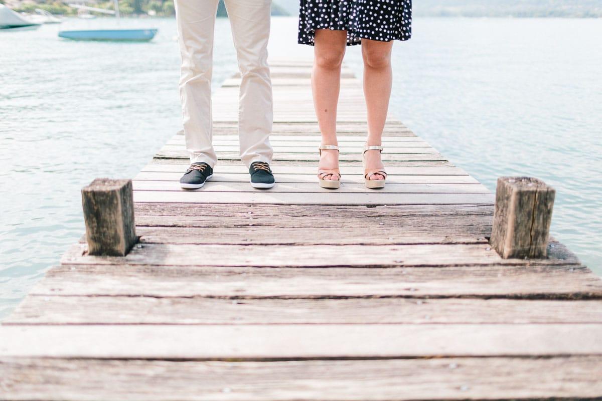 Séance photo avec un détail des pieds sur un ponton