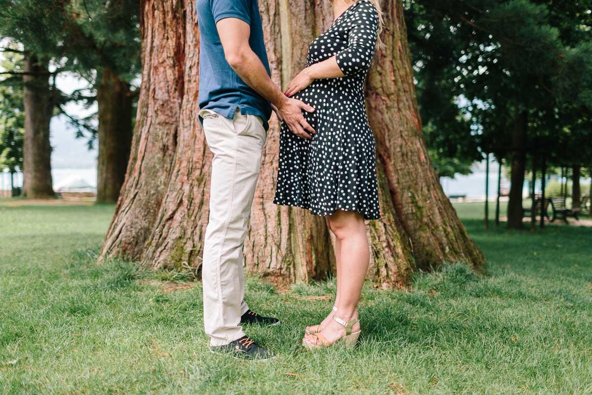 Séance photo grossesse devant un arbre