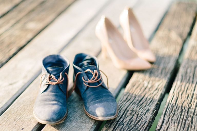 photo des chaussures d'un couple au bord du lac