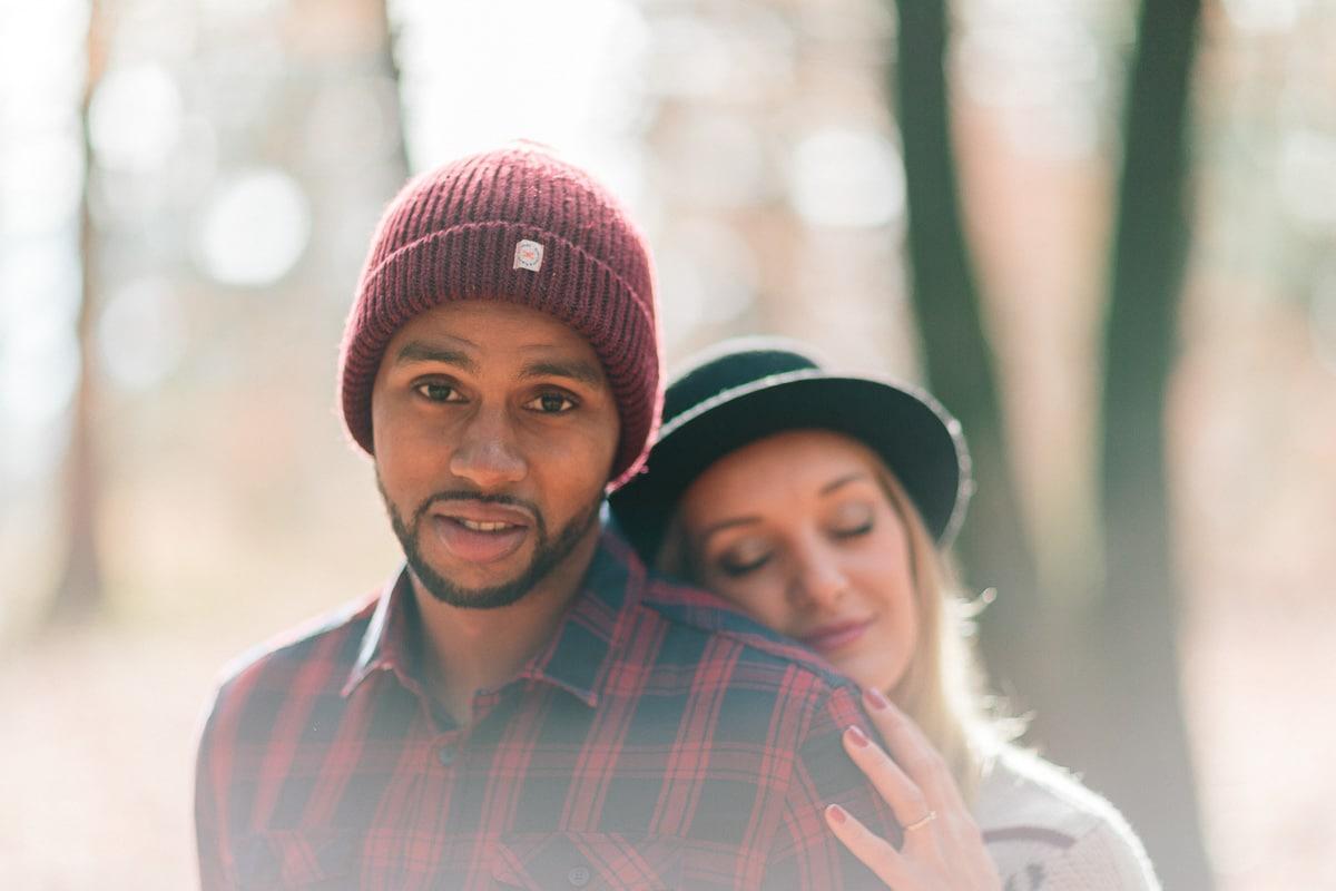 photo d'un couple face a face pendant un engagement à Annecy, haute Savoie dans la foret