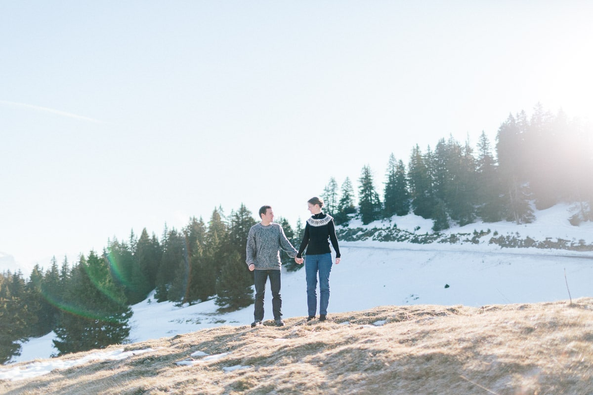 photo d'un couple cote à cote pendant un engagement à Annecy, haute Savoie en montagne