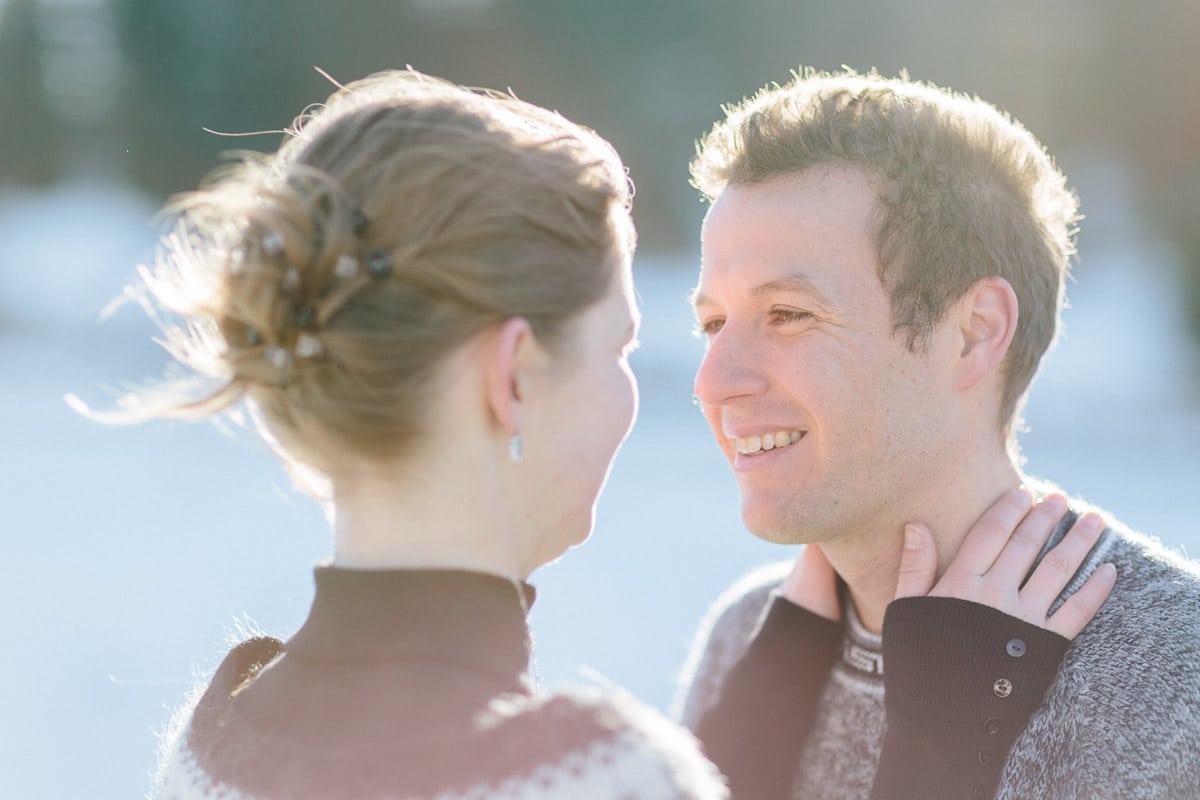 photo d'un couple qui se regarde pendant un engagement à Annecy, haute Savoie en montagne