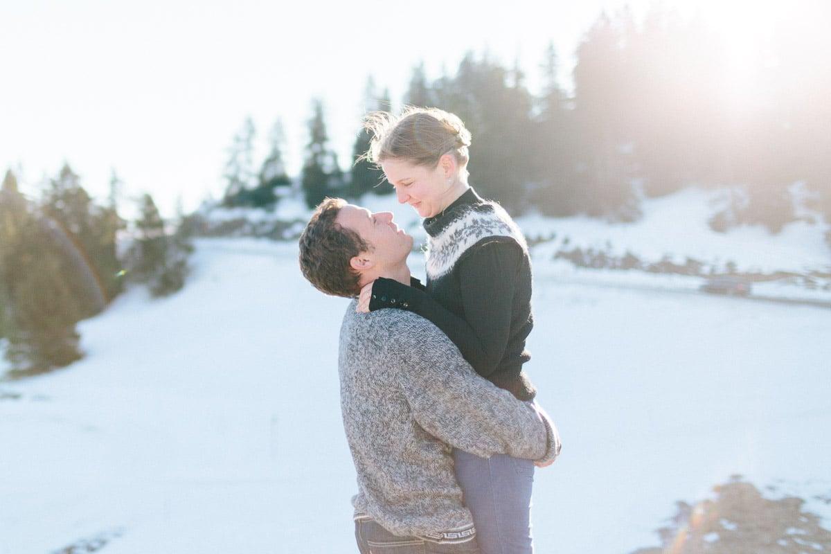 photo d'un couple enlacé pendant un engagement à Annecy, haute Savoie en montagne