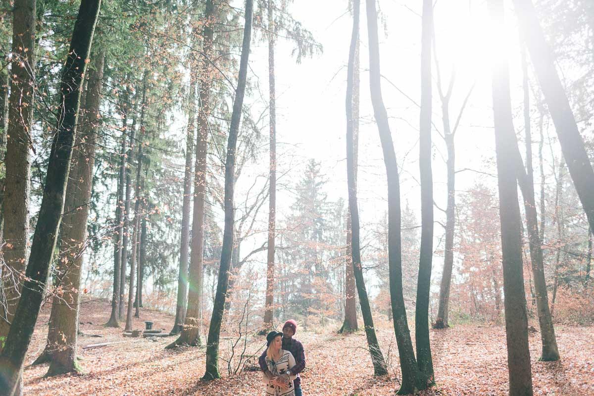 photo d'un couple enlacé pendant un engagement à Annecy, haute savoie dans les bois