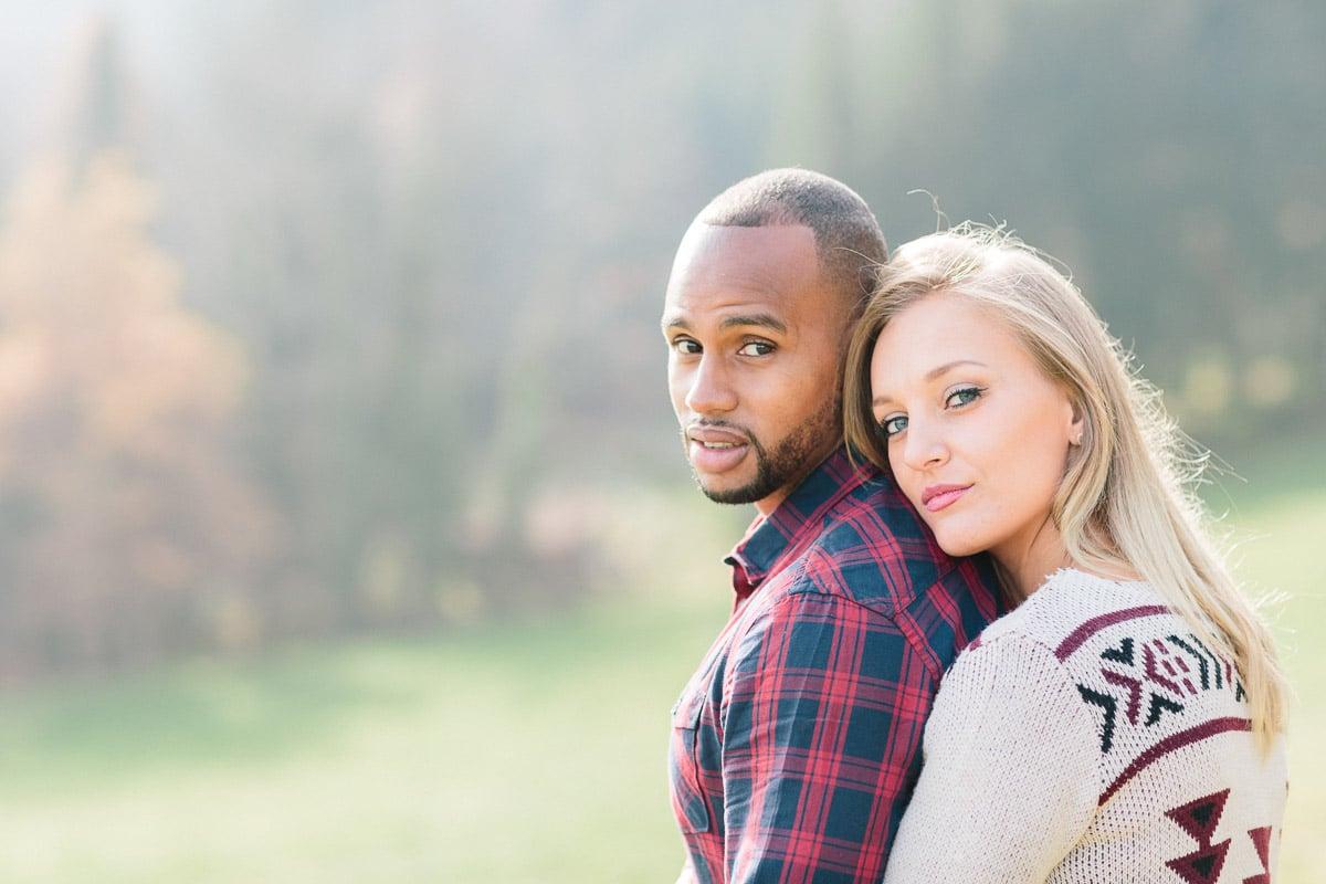 photo d'un couple enlacé pendant un engagement à Annecy, haute savoie dans les champs