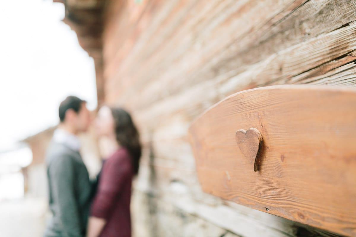 photo couple pendant un engagement à Annecy, haute savoie en montagne