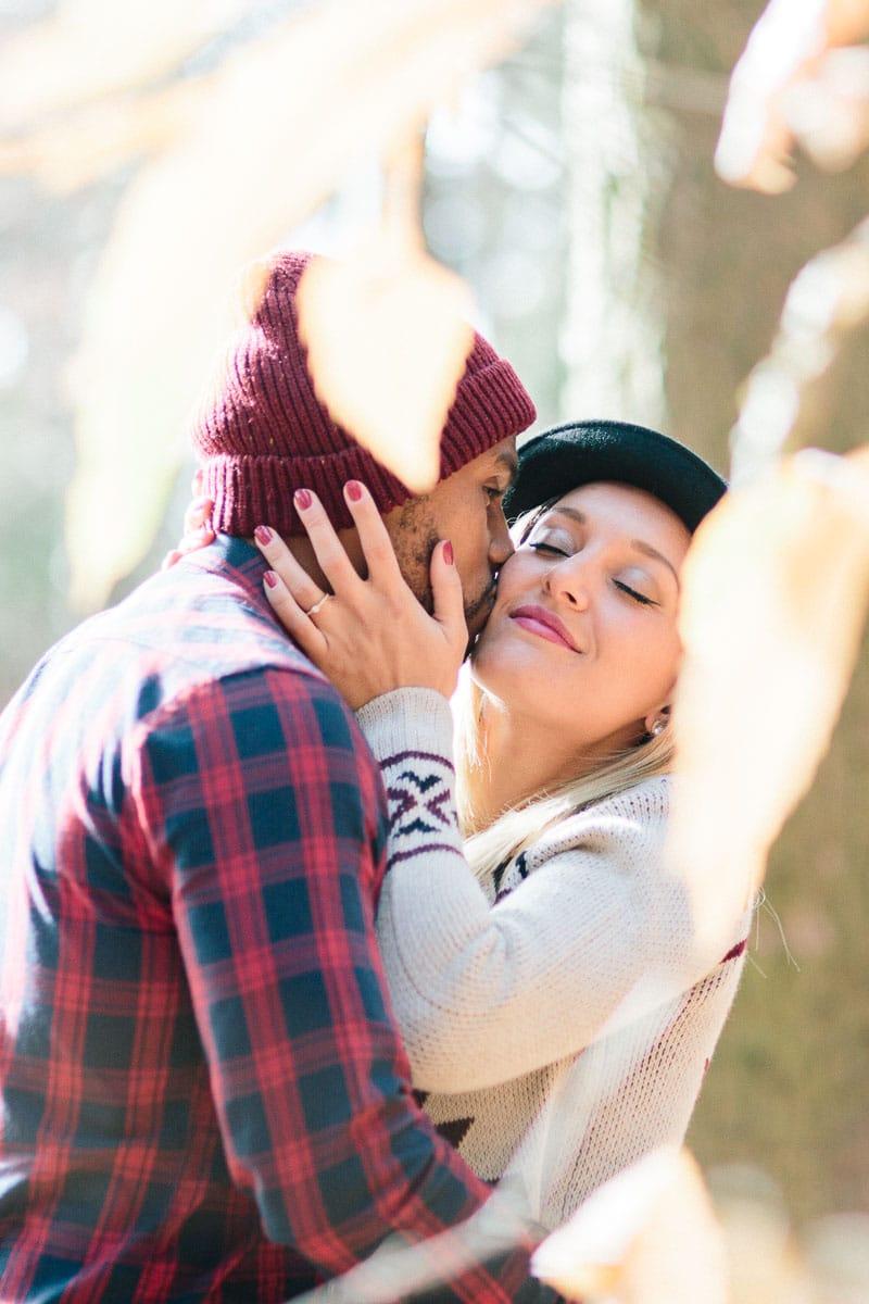 photo d'un couple qui s'enlace dans les bois pendant un engagement à Annecy, haute Savoie
