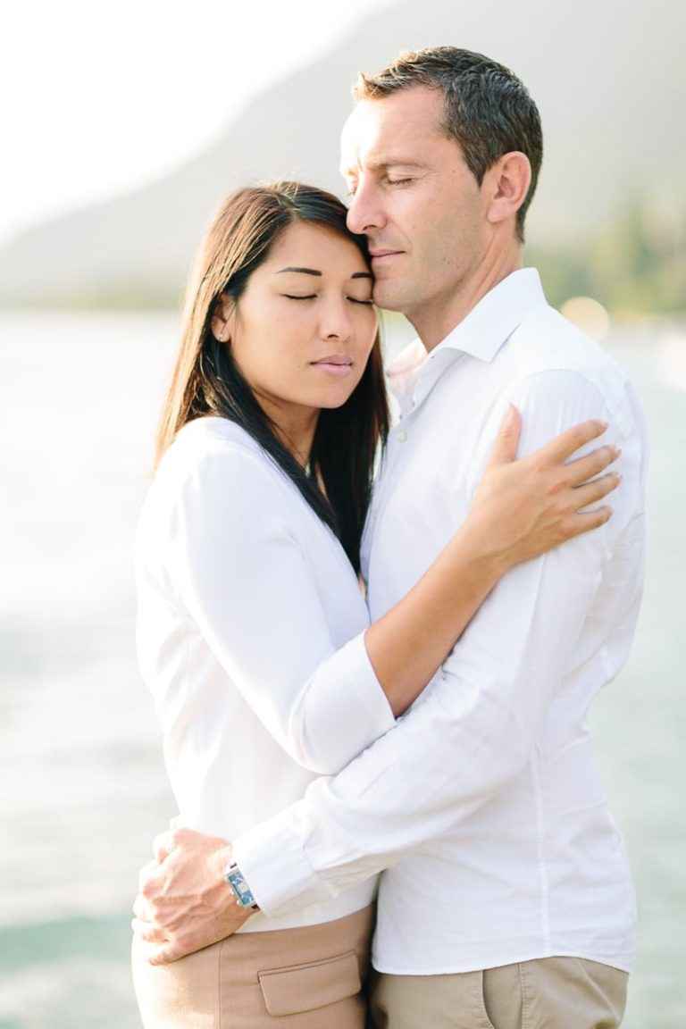 photographe de portrait a pris un couple enlacé pendant un reportage photo de couple à Annecy, haute Savoie au bord du lac