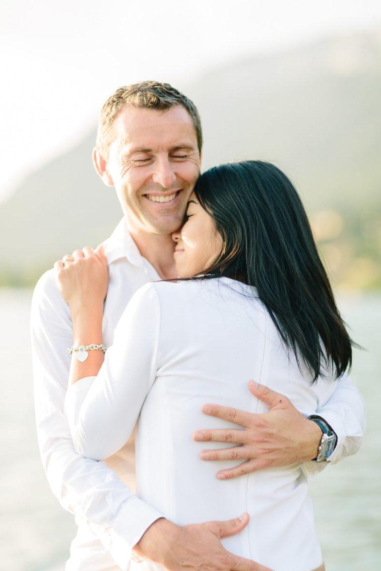 photo d'un couple enlacé pendant un shooting engagement et fiançailles à Annecy, haute Savoie au bord du lac