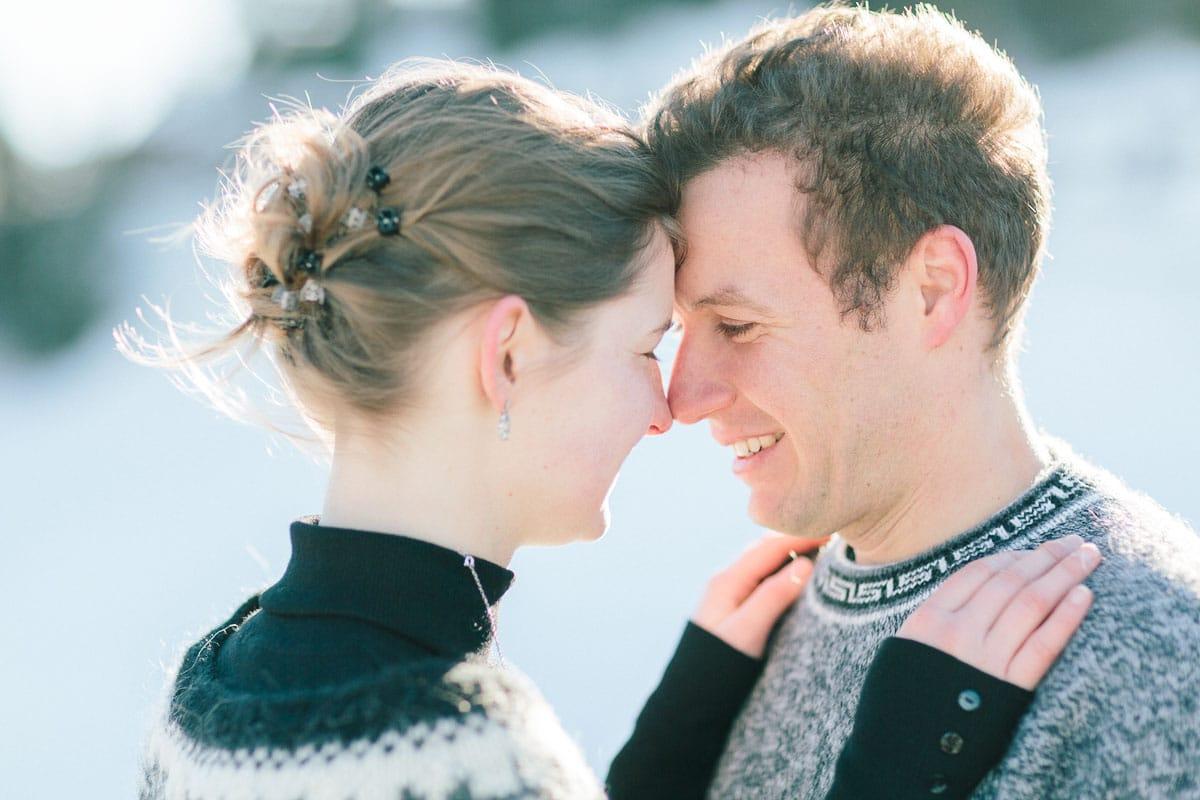 photo d'un couple face a face et enlacé pendant un engagement à Annecy, haute Savoie en montagne