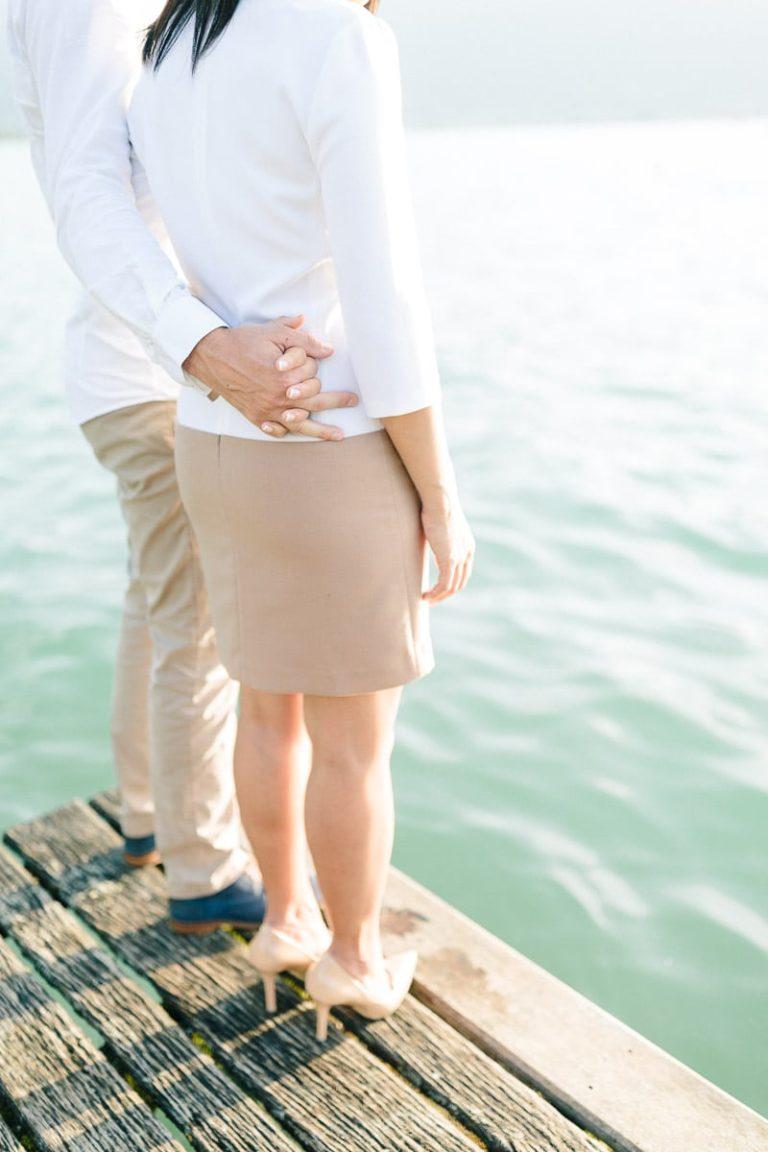 photo d'un couple cote à cote pendant un engagement à Annecy, haute Savoie au bord du lac