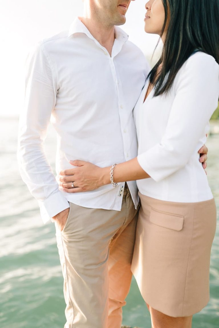 photo à annecy d'un couple lors d'une séance engagemnt au bord du lac