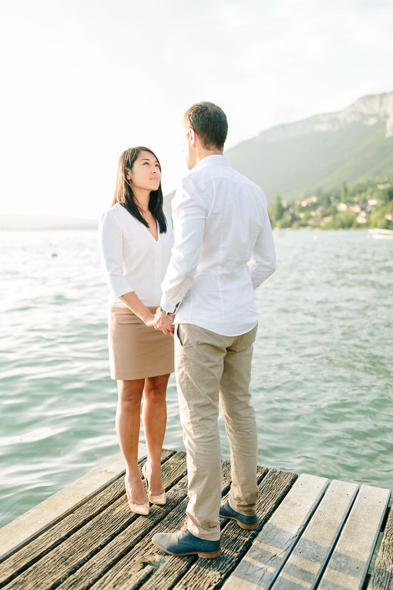 photo d'un couple face a face pendant un engagement à Annecy, haute Savoie au bord du lac