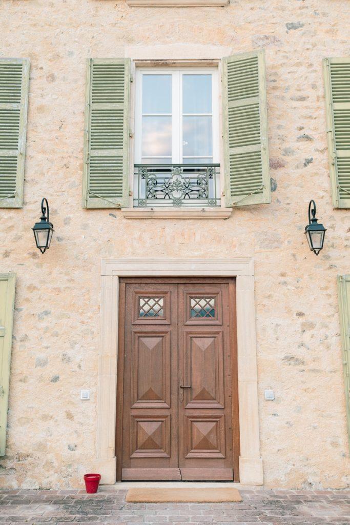 photo de la porte du domaine de Vavril dans le beaujolais près de lyon