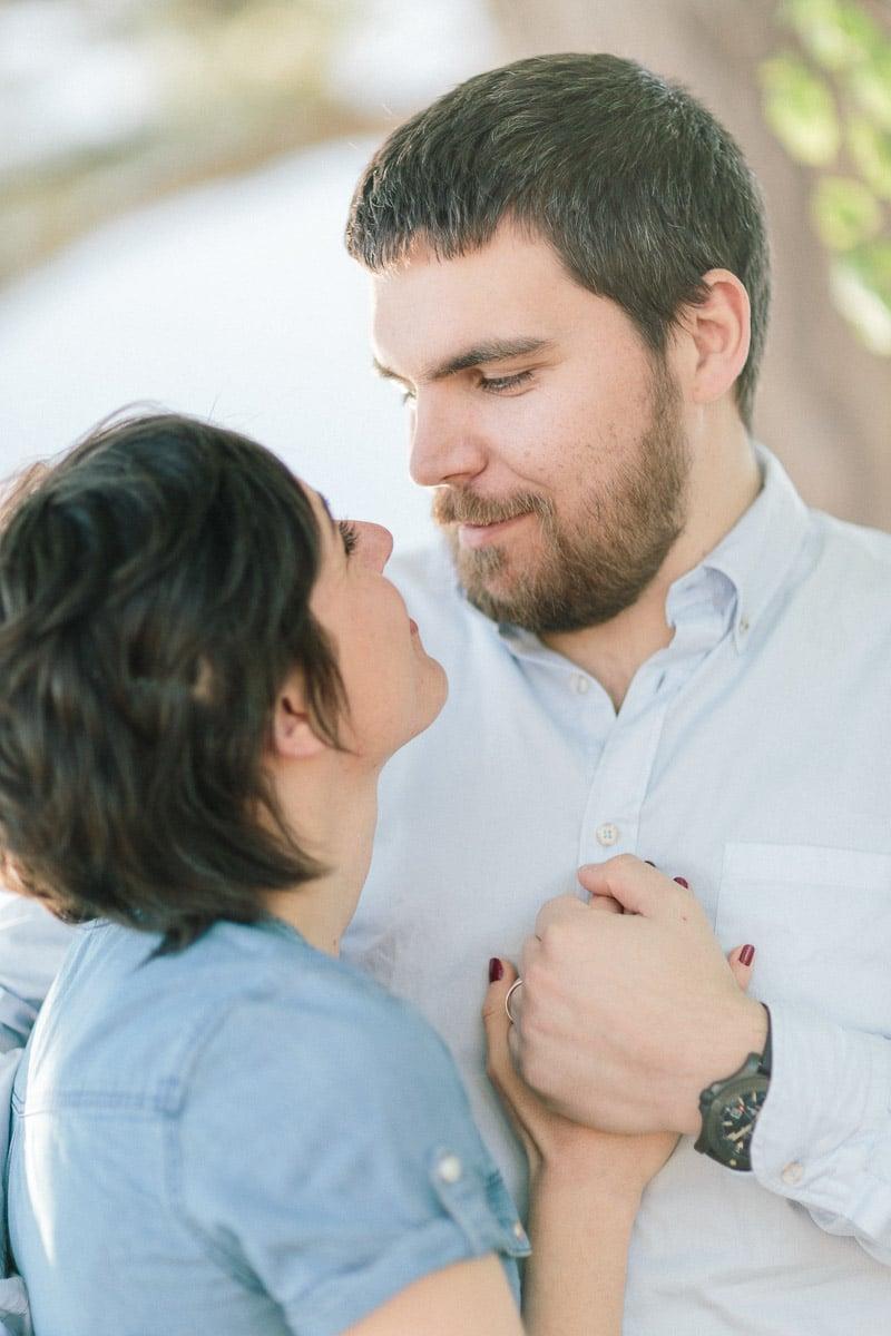 Photographe de couple et séance engagement à Annecy à Genève séance demande mariage, main.