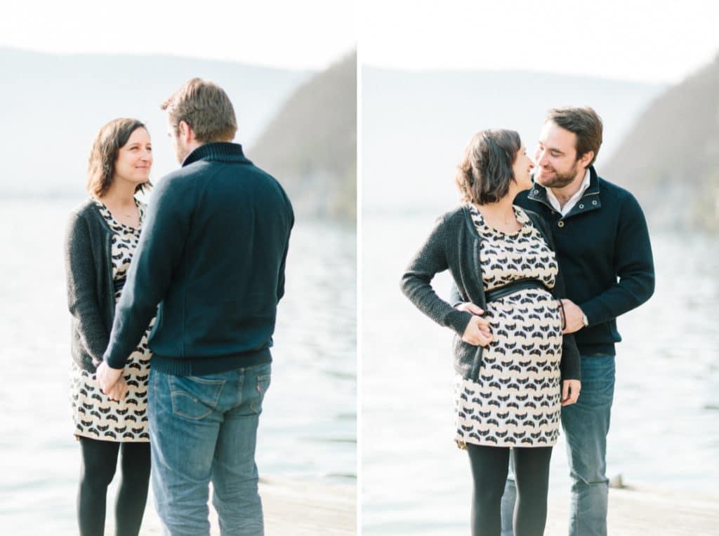 Photographe de grossesse et couple à Annecy en Haute Savoie (74). Photo du couple qui se tient au bord du lac d'Annecy