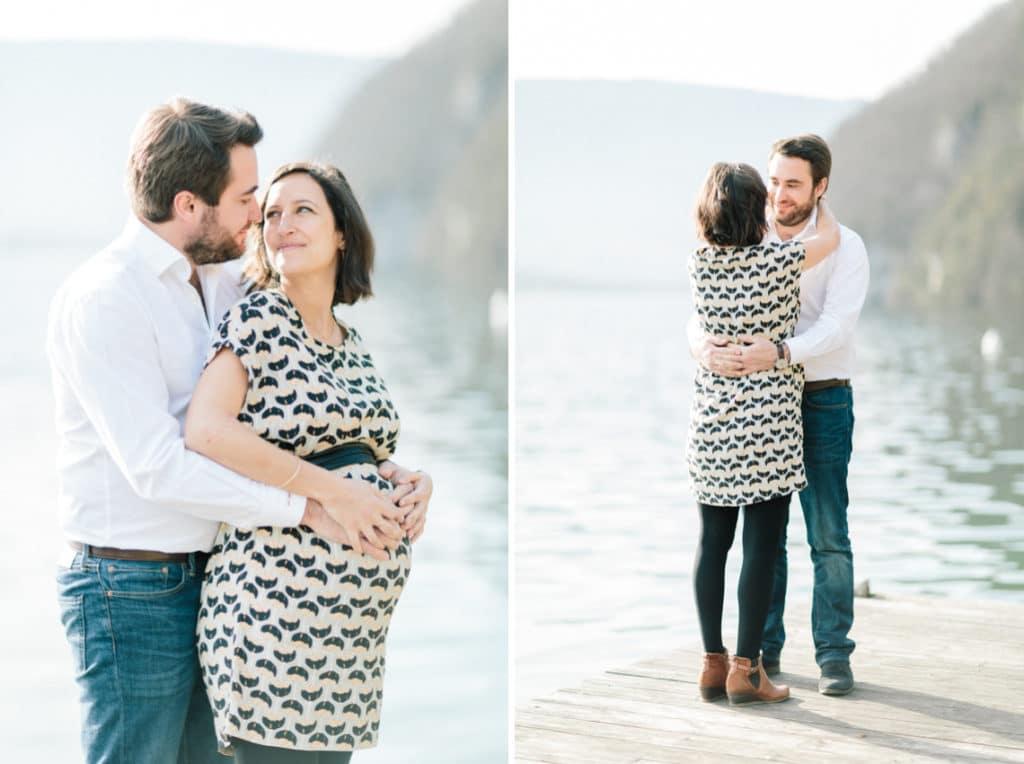 Photographe grossesse et maternité à Annecy en Haute Savoie (74). Photo du couple qui se tient au bord du lac d'Annecy du côté de Talloires