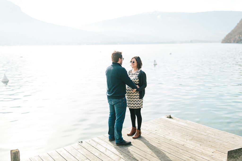 Photographe de grossesse à Annecy en Haute Savoie (74). Photo au lac d'Annecy à Talloires