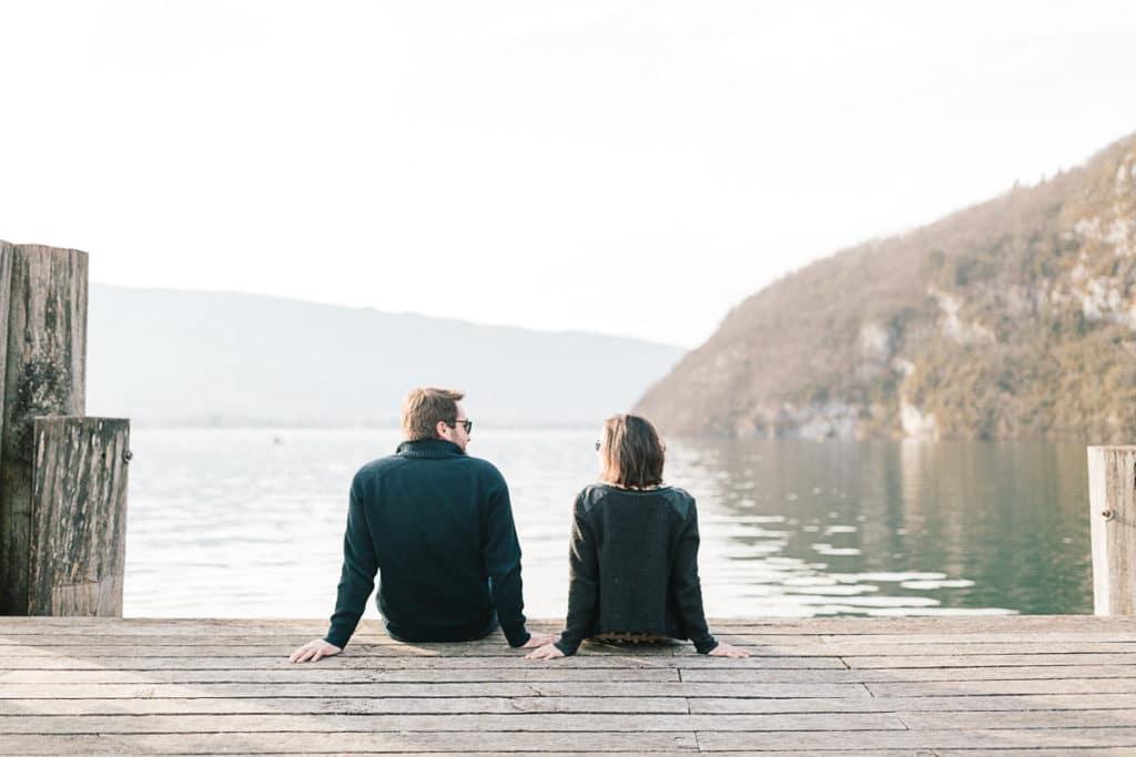 Photographe de couple à Annecy en Haute Savoie (74). Photo au bord de l'eau à Talloires