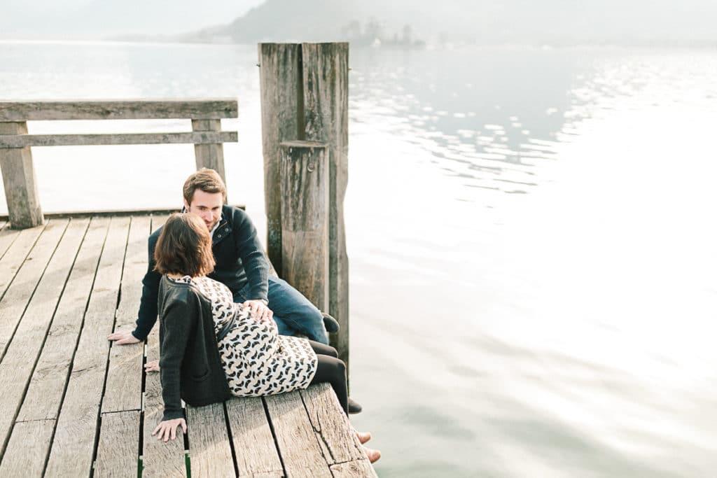 Photographe de grossesse et couple à Annecy en Haute Savoie (74). Photo de couple sur un ponton au bord du lac d'Annecy