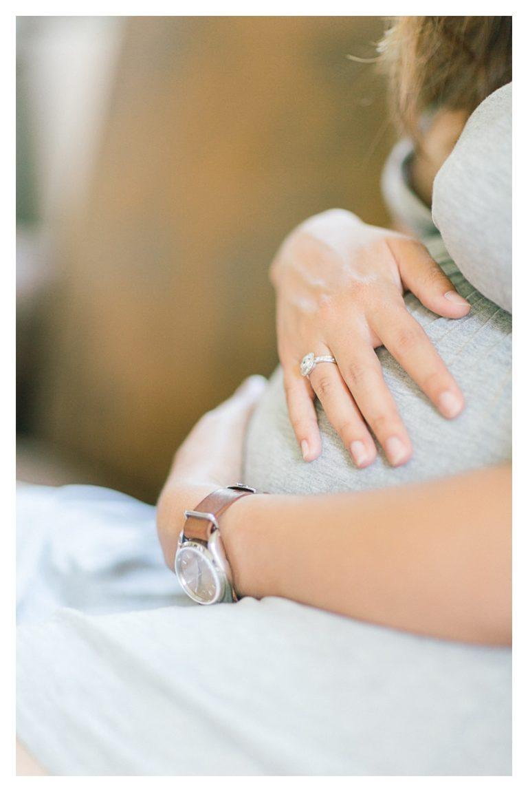 Photo séance grossesse maternité à Aix les bains sur le lit détail sur le ventre