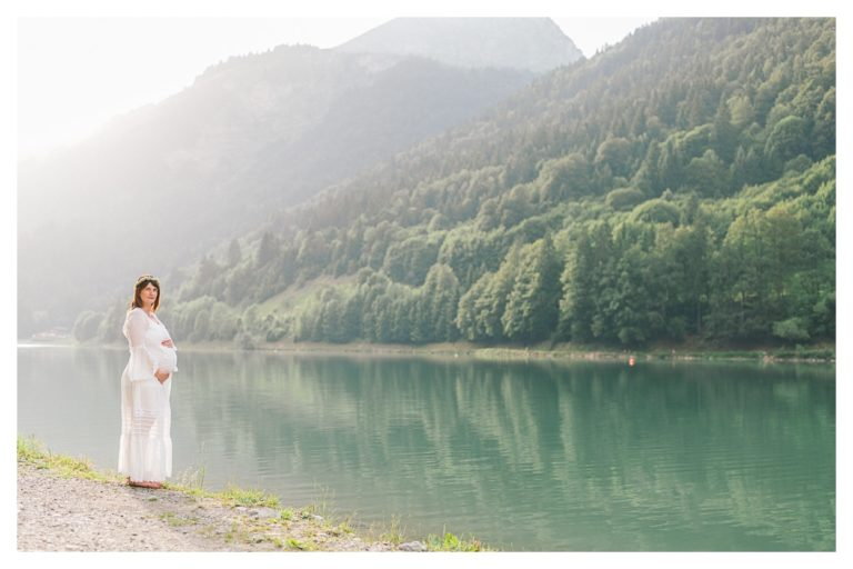 Photo séance grossesse maternité à chambery au bord d'un lac
