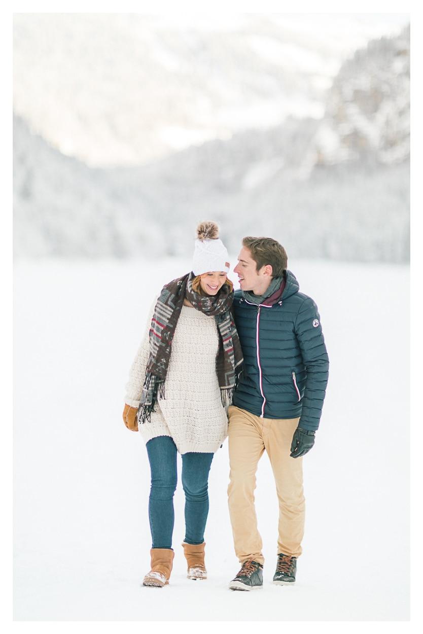 Photo séance grossesse maternité vers Chamonix et Megève dans la neige en montagne
