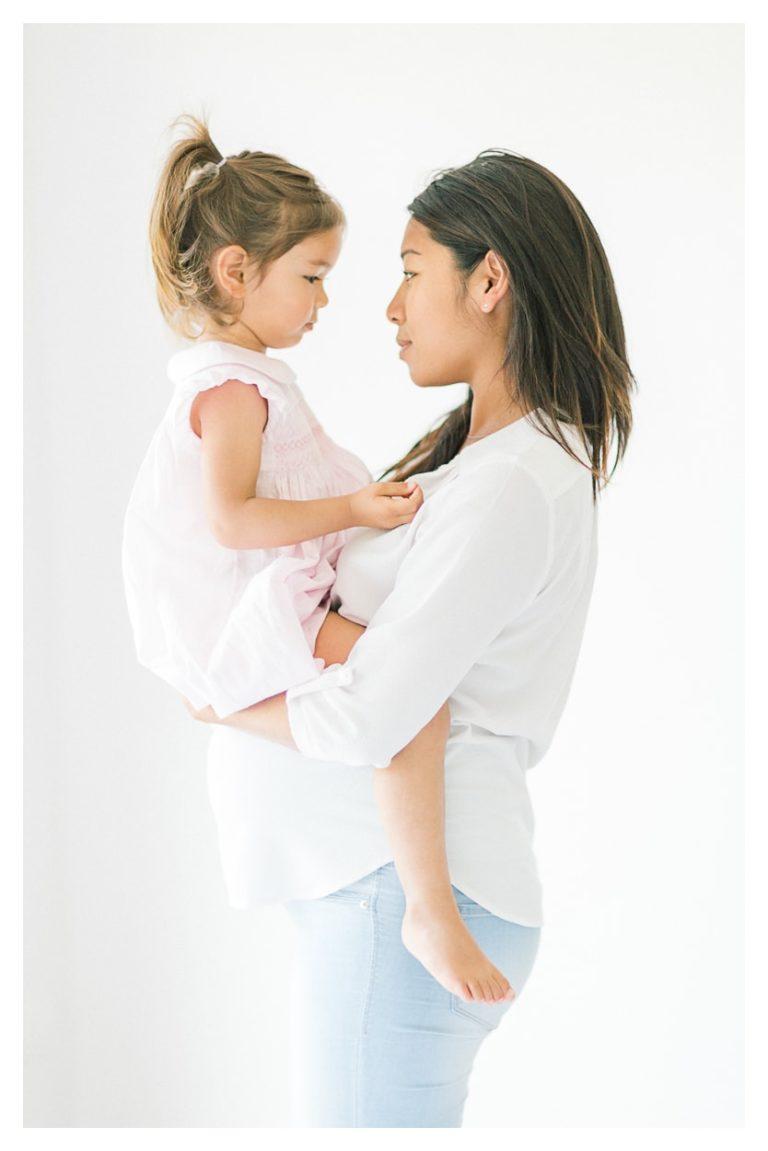 Photo séance grossesse maternité à Annecy avec son enfant dans les bras