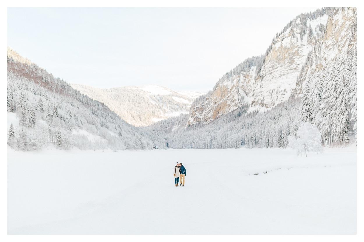 Photo séance grossesse maternité à Annecy en montagne couple dans la neige