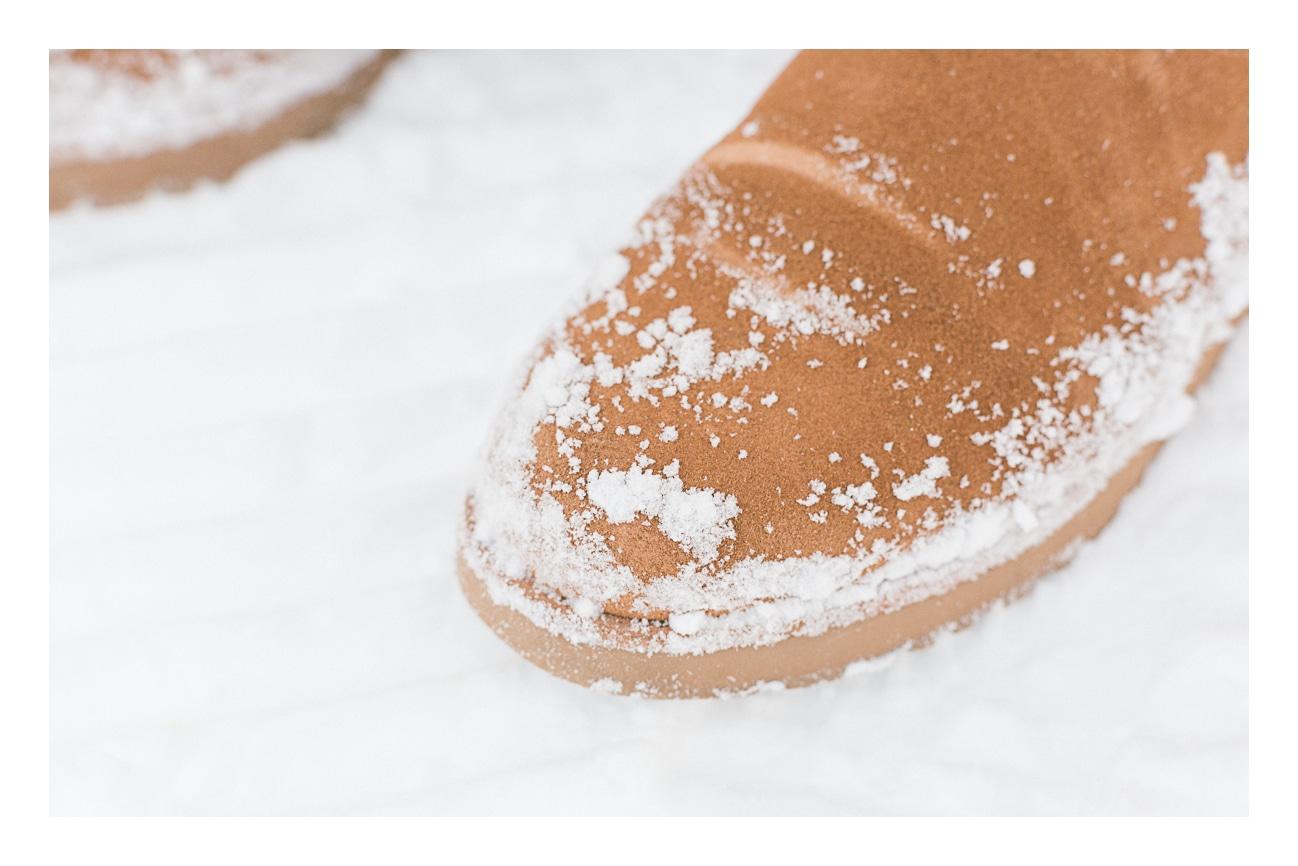 photo des pieds en hiver dans la neige