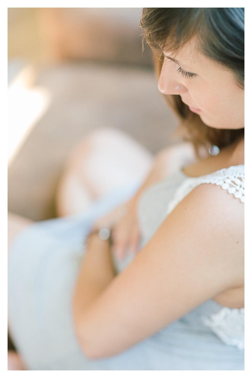Photo séance grossesse maternité entre Genève et Lausanne sur le lit détail sur les yeux