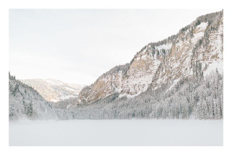 Photographe portrait et couple à Chamonix et Megève près du Mont Blanc en Haute Savoie (74). Photo de paysage au bord du lac de Montriond à Morzine en hiver dans la neige et à la montagne