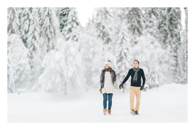 Photographe grossesse et maternité à Chamonix et Megève près du Mont Blanc en Haute Savoie (74). Photo de grossesse en couple au bord du lac de Montriond à Morzine en hiver dans la neige et à la montagne