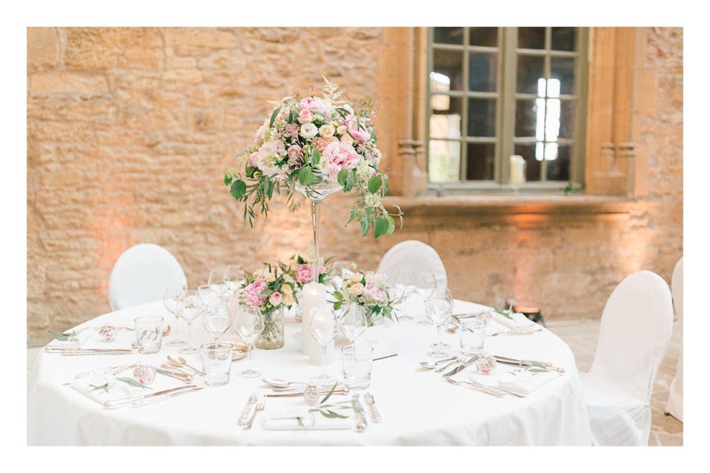 Photo d'une table à un mariage au château de Bagnols dans la beaujolais près de Lyon