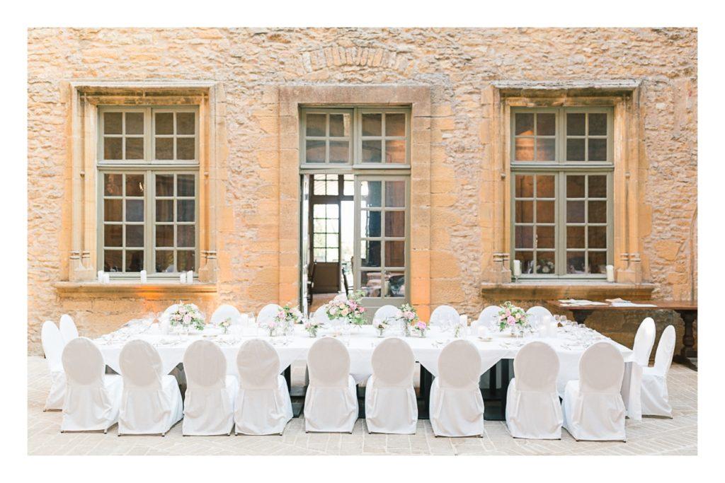 Photo de la table à un mariage au château de Bagnols dans la beaujolais près de Lyon