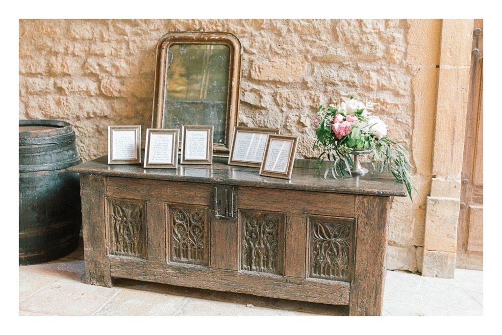 Photo plan de table à un mariage au château de Bagnols dans la beaujolais près de Lyon