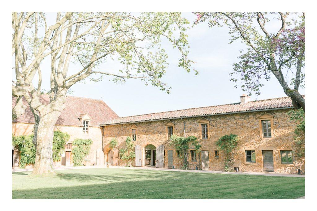 puis, photo du domaine à un mariage au château de Bagnols dans la beaujolais près de Lyon